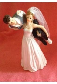 Braut trägt Bräutigam auf der Schulter